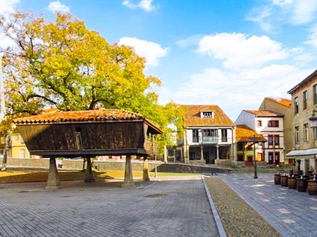 Plaza Carbayedo y el famoso hórreo