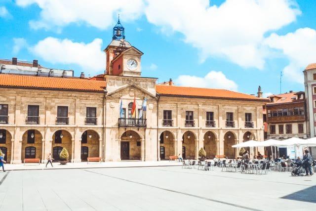 Plaza de España y el Ayuntamiento de Avilés