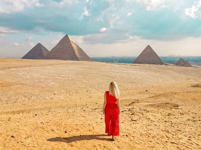 Yo contemplando las pirámides, uno de los mejores momentos del viaje a Egipto por libre
