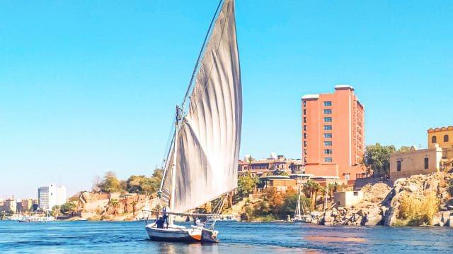 Faluca navegando por el Nilo en Asuán