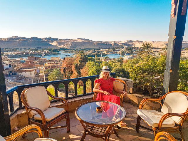 Servidora en la terraza del hotel Basma esperando el atardecer