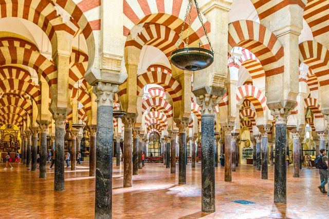 Interior de la Mezquita de Córdoba, una de las ciudades más bonitas de España