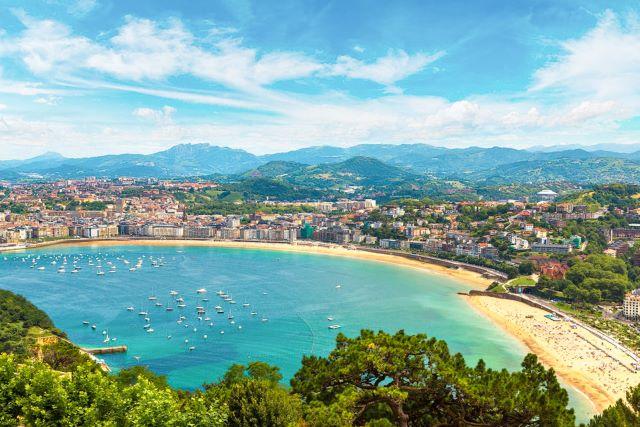 Vista aérea de la playa de la Concha y del centro de San Sebastián, una de las ciudades más bonitas de España