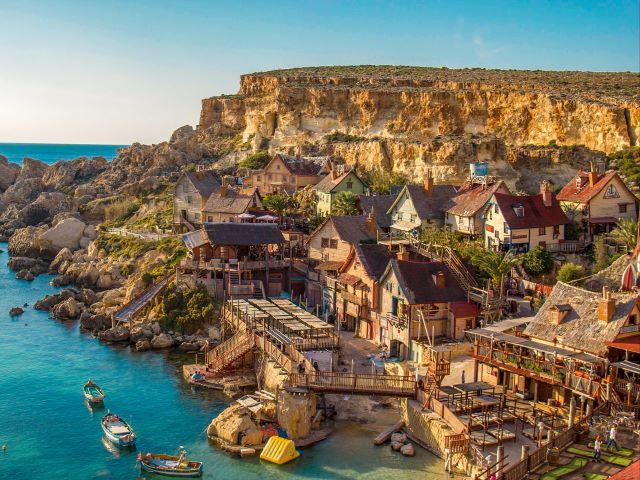 Vista aérea del pueblo de Popeye en la isla de Malta