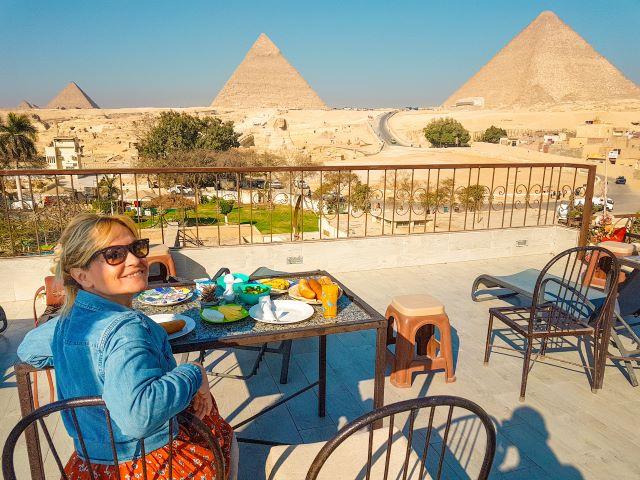 La que escribe desayunando en la terraza del Hotel Pyramids View Inn, uno de los mejores hoteles económicos donde dormir en Egipto con vistas a las pirámides