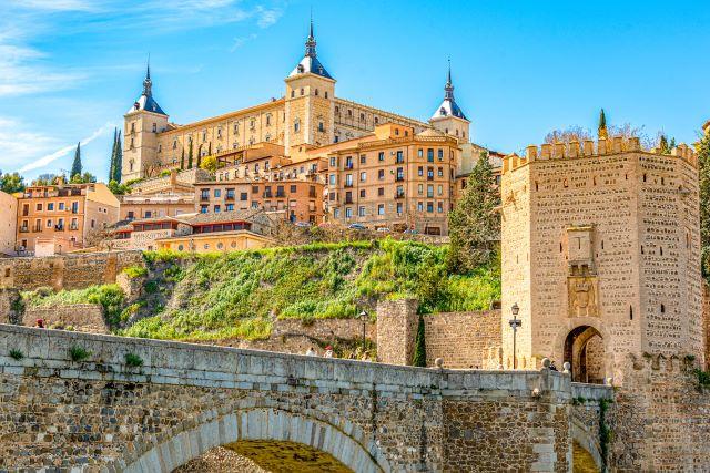 Puente de Alcántara y el Alcázar de Toledo, una de las ciudades más bonitas de España