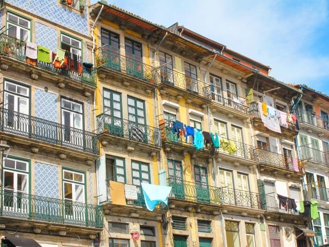 Fachadas típicas del barrio de Miragaia, otra de las mejores zonas donde dormir en Oporto