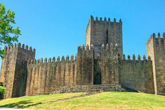 Castillo de Guimarães, una de las ciudades más interesantes que ver en los alrededores de Oporto