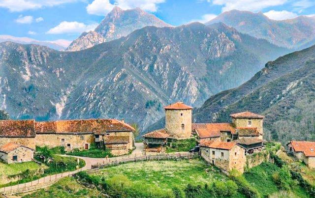 Vista panorámica de Bandujo, uno de los pueblos más bonitos que ver en el interior de Asturias