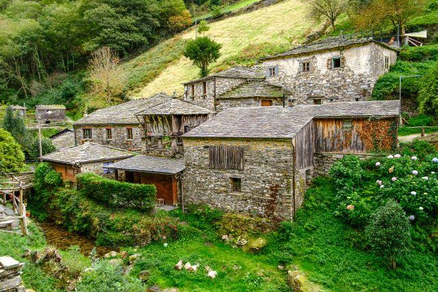 Construcciones típicas de Taramundi, uno de los pueblos más bonitos que ver en el interior de Asturias