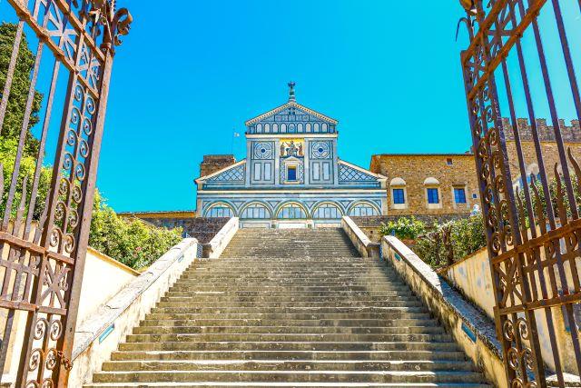 Escaleras de subida y fachada principal de San Miniato