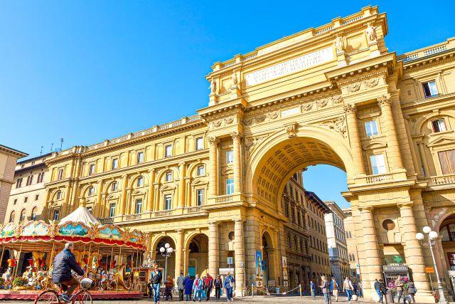 Arco de entrada y carrusel de la Piazza della Reppublica de Florencia