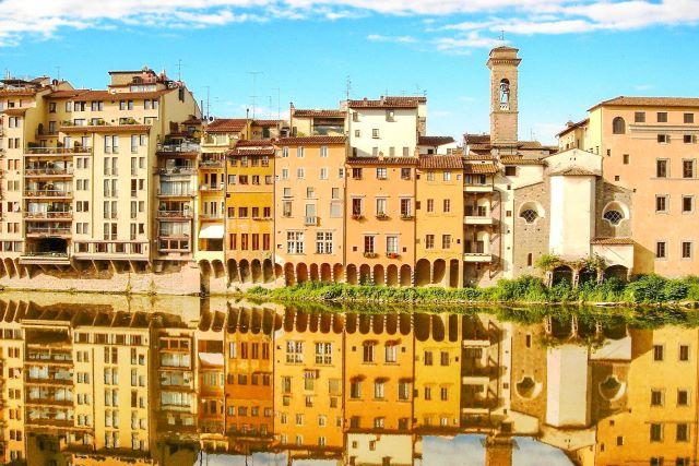 Fachadas del barrio de Oltrarno y su reflejo en el río