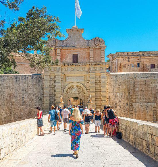 Puerta de entrada a Mdina, un imprescindible que ver en Malta