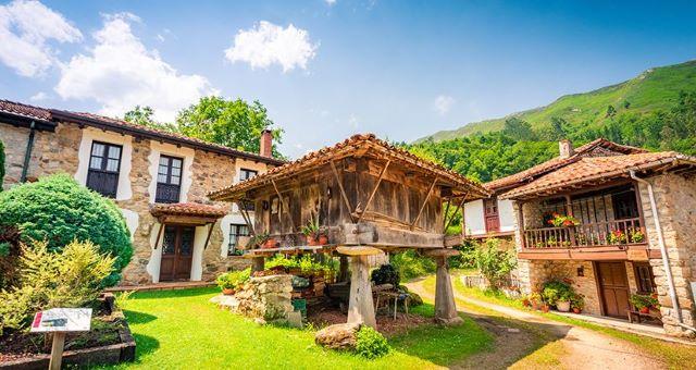 Imagen típica de Espinaredo con el hórreo como protagonista, uno de los pueblos más bonitos que ver en el interior de Asturias