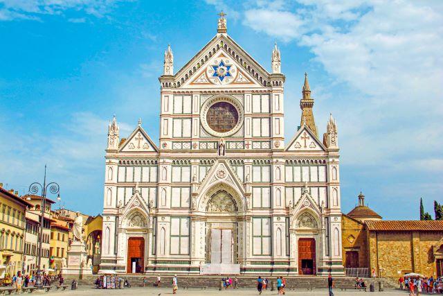 Fachada de la Basílica de la Santa Croce, otro de los lugares imprescindibles que ver en Florencia