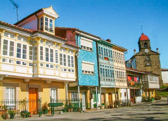 Fachadas coloridas e iglesia de Torazo, uno de los pueblos más bonitos que ver en el interior de Asturias