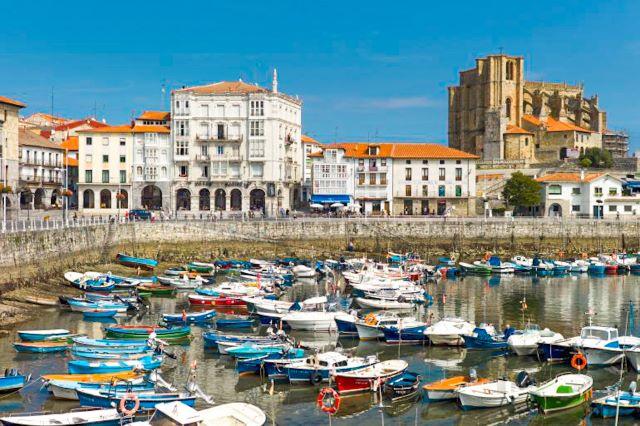 Puerto de Castro Urdiales y el castillo, una de las villas más bonitas que ver en Cantabria