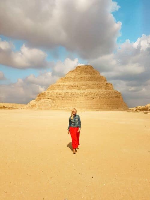 Caminando enfrente de la pirámide escalonada de Zoser, en nuestro última día del viaje por Egipto de 15 días