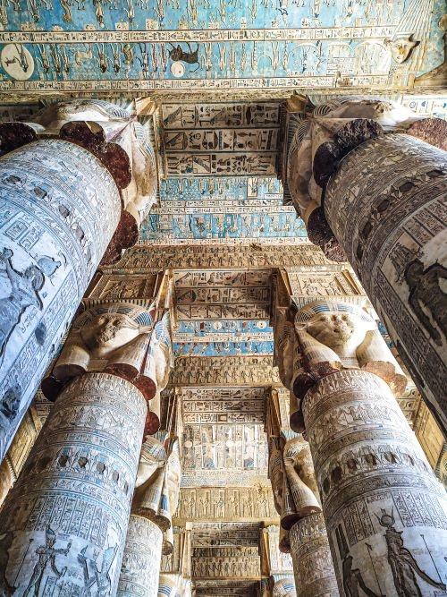 Interior del impresionante templo de Dendera, parada del día 5º del itinerario por Egipto de dos semanas