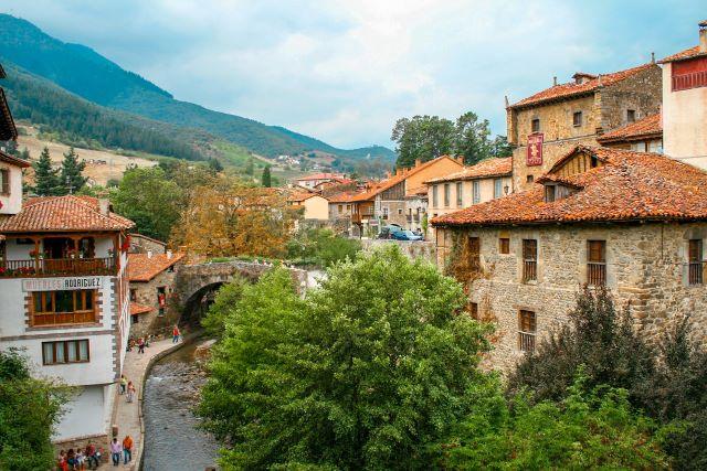 Vista de Potes, uno de los pueblos más bonitos que ver en Cantabria