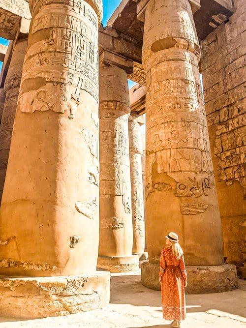 la que escribe alucinando con las columnas de la sala hipóstila del templo de Karnak, una de las visitas imprescindibles de la ruta por Egipto de 15 días