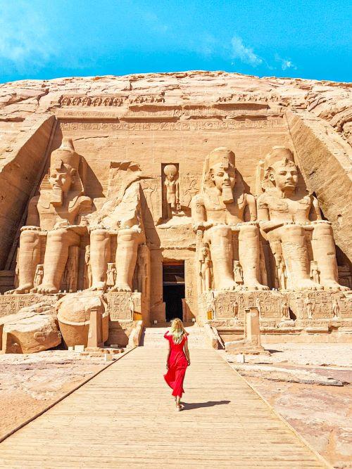 Yo entrando al templo de Ramsés II en Abu Simbel, una de las visitas más esperadas del viaje por Egipto de dos semanas