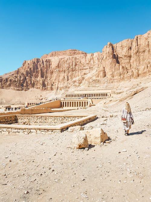 Acercándome al templo de la reina Hatshepsut, otra de las paradas imprescindibles del itinerario por Egipto de dos semanas