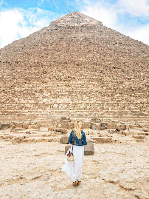 La que escribe sin palabras delante de la pirámide de Kefrén, la visita imprescindible del itinerario por Egipto de dos semanas