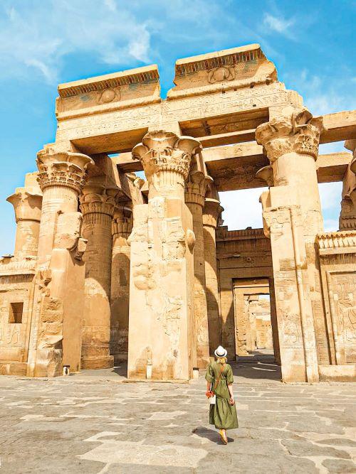 Servidora delante del Templo de Kom Ombo, en el noveno día del itinerario por Egipto de dos semanas