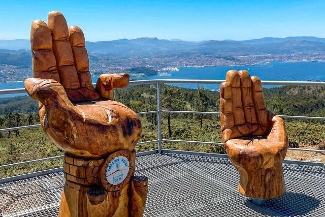 Sillas en el mirador do Faro de Domaio, el lugar de moda que ver cerca de Vigo