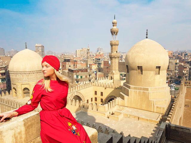 Servidora disfrutando de las vista del Cairo desde lo alto de la Mezquita de Ibn Tulum