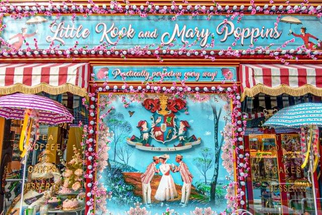 Fachada de Little Kook con la decoración de Mary Poppins