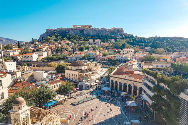 Vista panorámica de la Plaza Monastiraki y la Acrópolis desde la terraza del  bar del hotel A for Athens