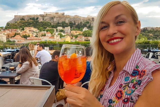 Tomándome un spritz en la terraza 360 degrees con vistas a la Acrópolis, una de las mejores cosas que hacer en Atenas
