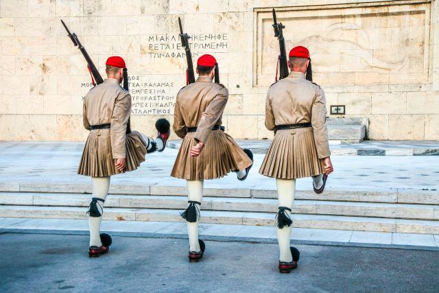 3 evzones haciendo el cambio de guardia. Verlos es una de las mejores cosas que hacer en Atenas