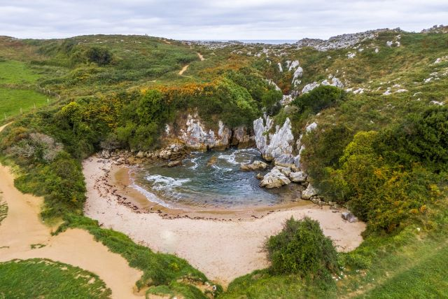Playa de Gulpiyuri, uno de los lugares imprescindibles que ver en los alrededores de LLanes