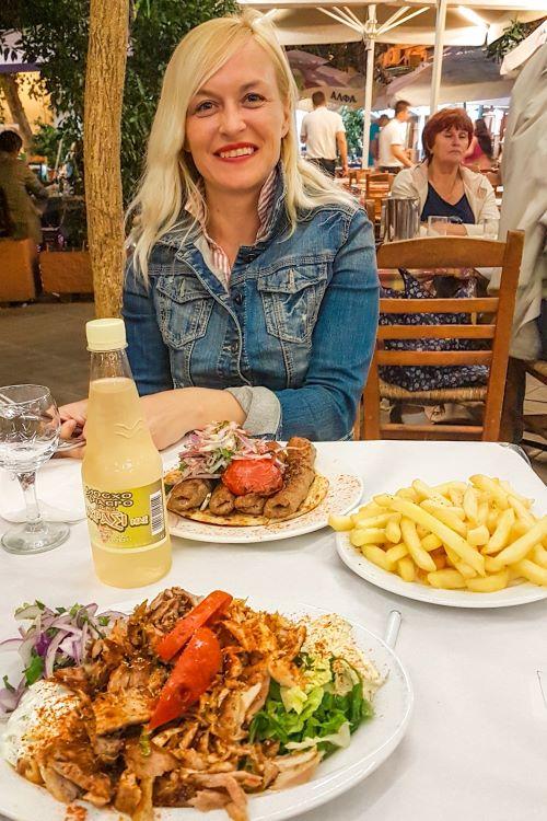 consejos y recomendaciones que necesitas saber antes de viajar a Atenas: yo a punto de ponerme morada frente a una mesa llena de platos típicos