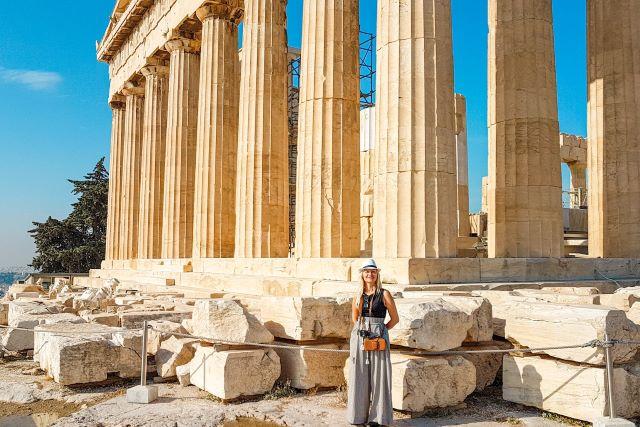 consejos y recomendaciones que necesitas saber antes de viajar a Atenas: servidora enfrente del Partenón