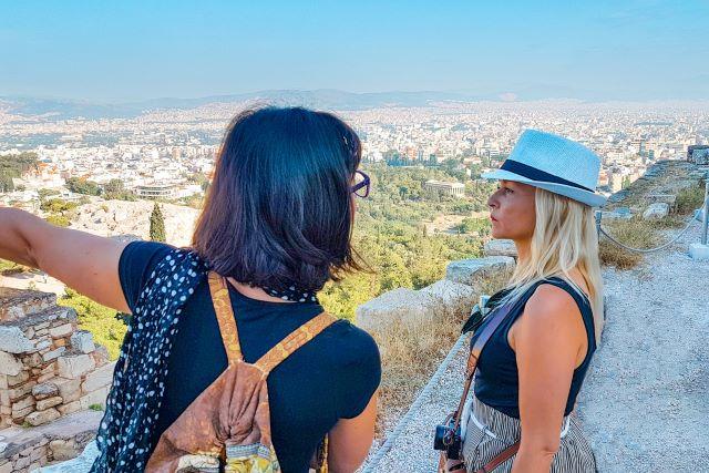 consejos y recomendaciones que necesitas saber antes de viajar a Atenas: yo super concentrada escuchando las explicaciones de mi guía en la Acrópolis