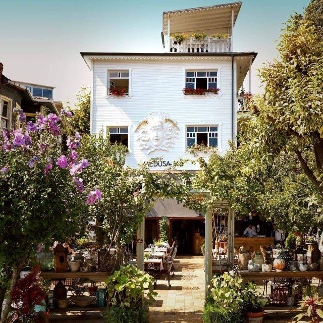 Jardín y entrada a House of Medusa, mi restaurate favorito donde comer en Estambul
