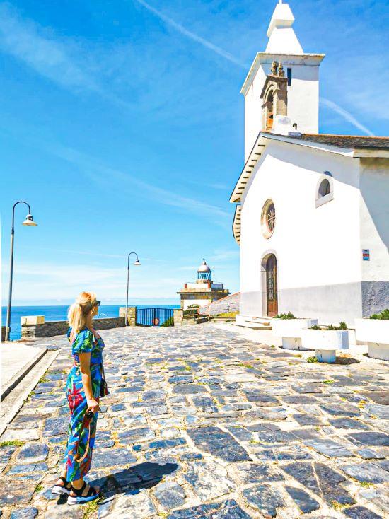 Servidora junto a l faro y la Ermita de la Atalaya, lugares imprescindibles que ver en Luarca en un día