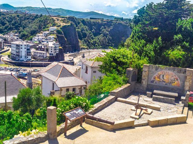 Mesa de Mareantes y vista del barrio de la Pescadería y de la playa primera