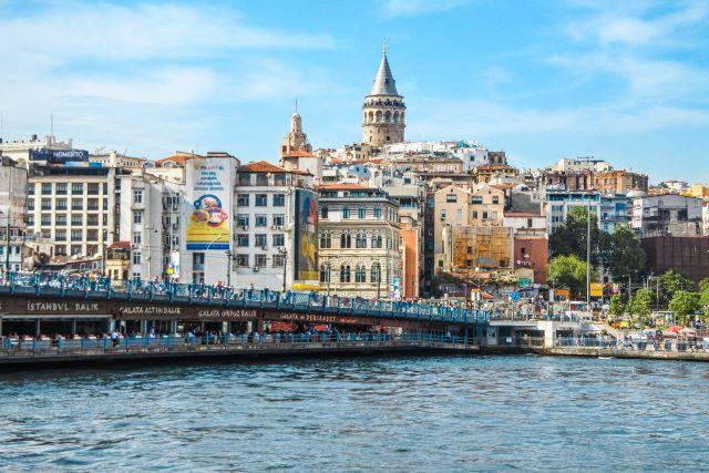 Dónde dormir en Estambul: panorámica del barrio de Gálata con el puente y su famosa torre