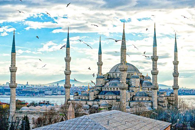 Vista aérea de la Mezquita Azul en el barrio de Sultanahmet, lamejor zona donde dormir en Estambul