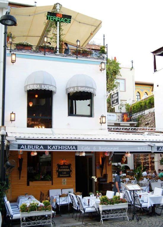 Entrada y terraza del Albura Kathisma, uno de los mejores restaurantes donde comer en Estambul