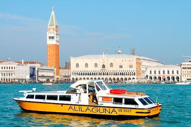 Cómo llegar desde el aeropuerto de Venecia al centro: Barco de Alilaguna enfrente del Bacino de San Marcos