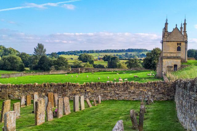 Guía completa de los Cotswolds: ovejas pastando al lado del cementerio