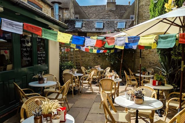 Dónde comer en los Cotswolds en Tetbury: patio del Blue Zucchini