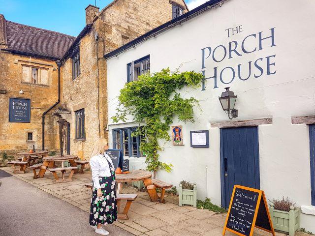 Dónde comer en los Cotswolds:  servidora en la entrada de Porch House